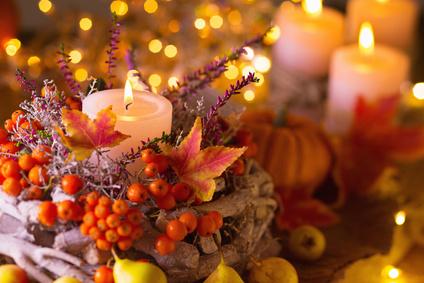 Festlich gedeckter Tisch im Herbst