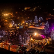 Mesés hógömb, vásári forgatag és lenyűgöző fények a Miskolci Adventen