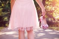 Frau beim Spaziergang trgt ihre Heels