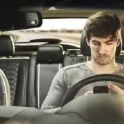 A fiatalok gyorsan hajtanak, okostelefonjukon böngésznek és ittasan vezetnek, amikor szüleik autóját használják